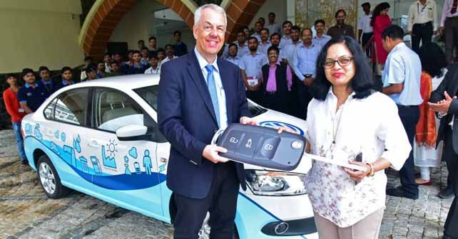 Dr Andreas Lauermann President MD Volkswagen India Handing Over The Car Keys To Dr Swati Majumdar Pro Chancellor SSOU