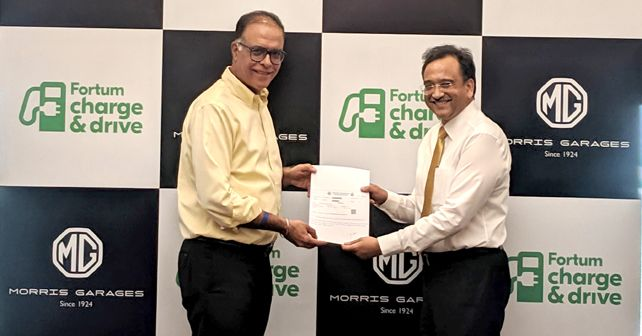 Rajeev Chaba President MD MG Motor India Left And Sanjay Aggarwal Managing Director Fortum India